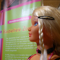 Blonde Barbie vor Plakat